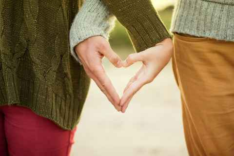 The biggest stressor in relationships? Money problems! Sometimes even Cupid can't get lovers in line anymore. We give you 8 tips to survive financial challenges within a relationship.